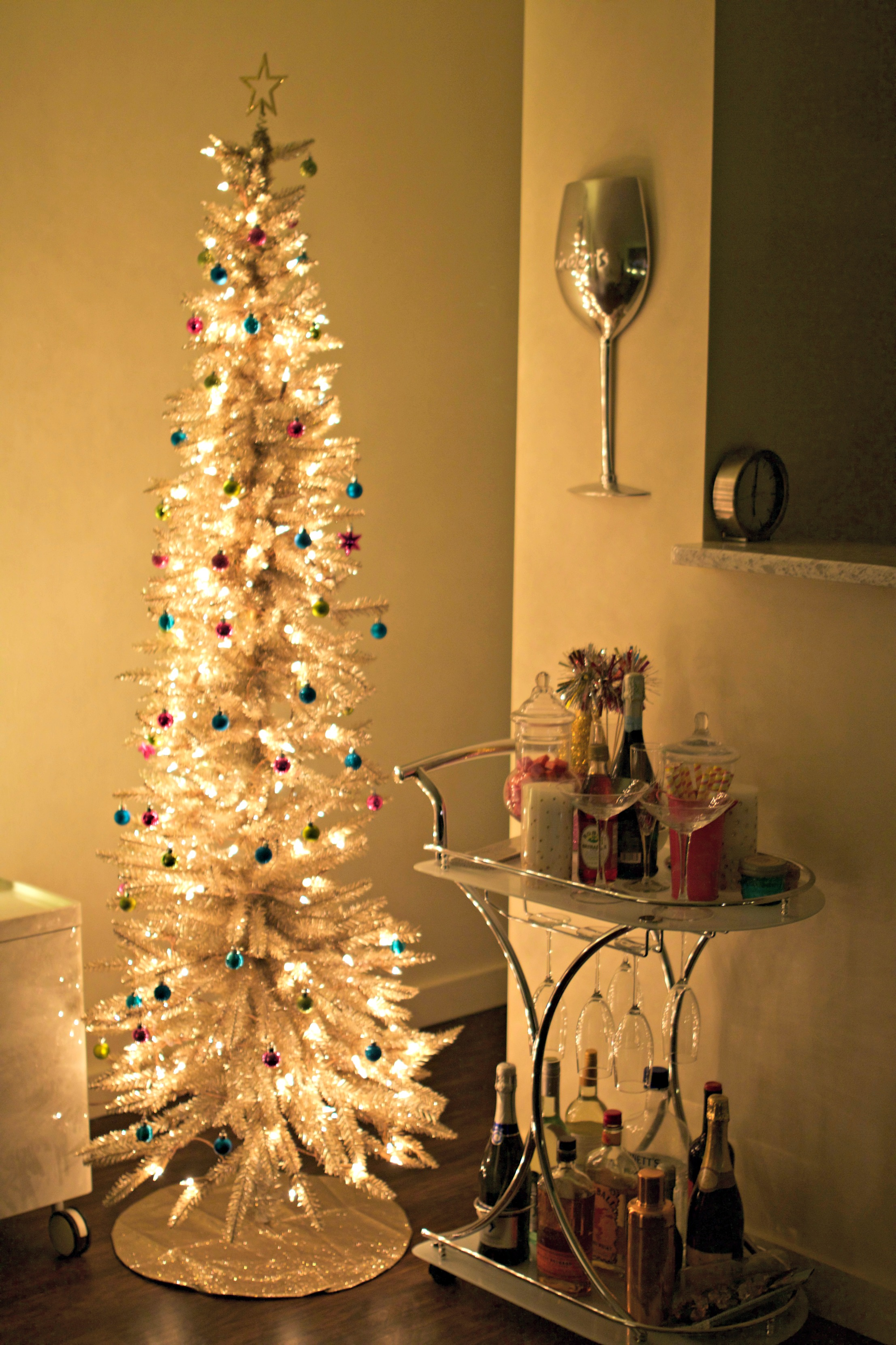 gold christmas tree baubles to bubbles. Black Bedroom Furniture Sets. Home Design Ideas