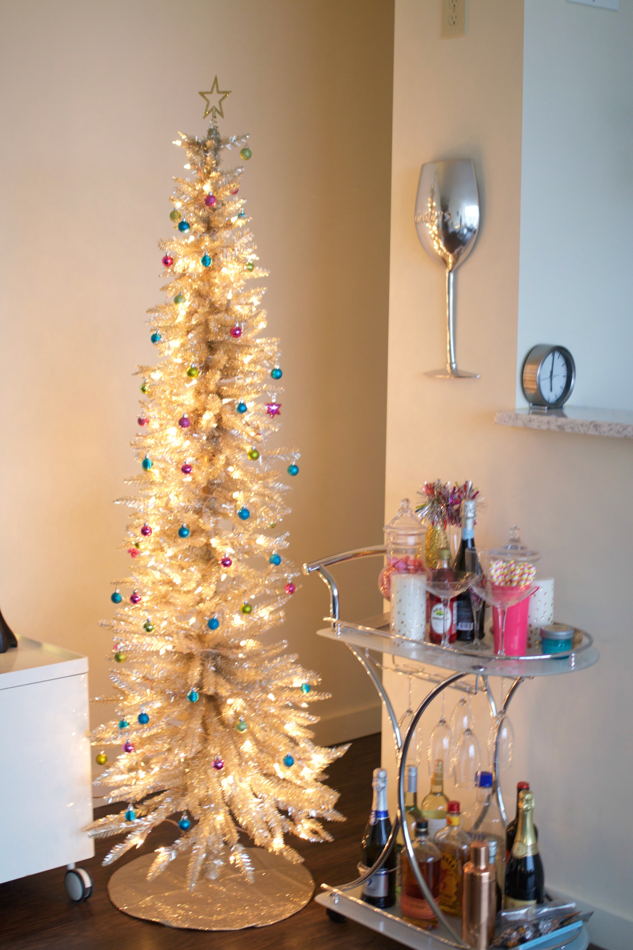 How to decorate with christmas lights baubles to bubbles for Gold christmas tree lights